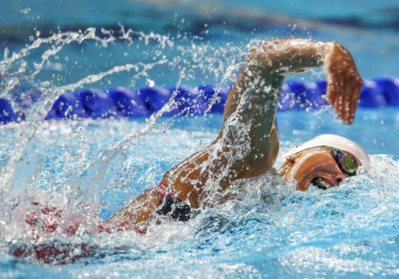 15-year-old swimmer beats star Viêns record