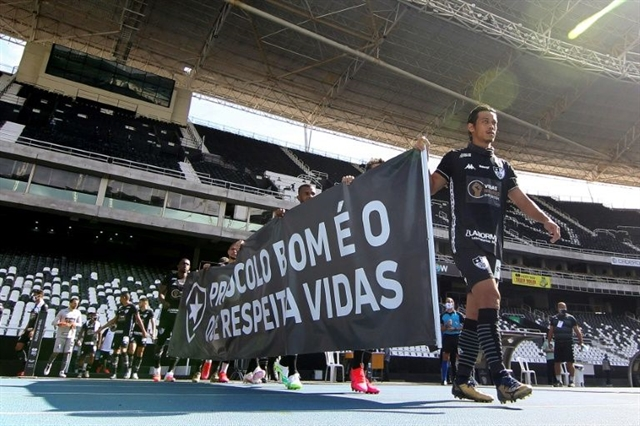 Brazils Botafogo Fluminense protest return to pitch
