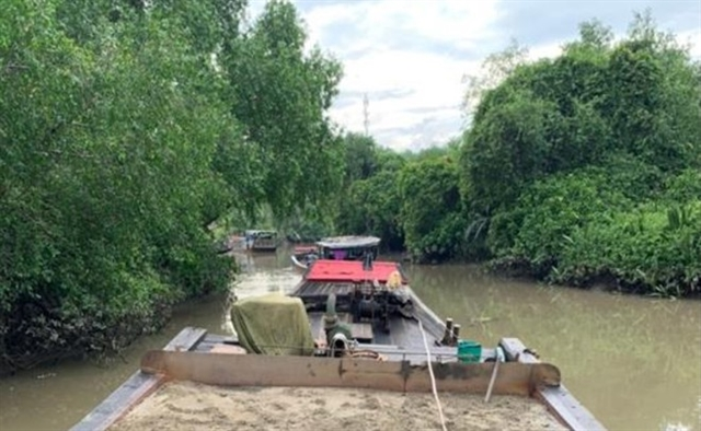 Police chase illegal sand miners on Đồng Nai River