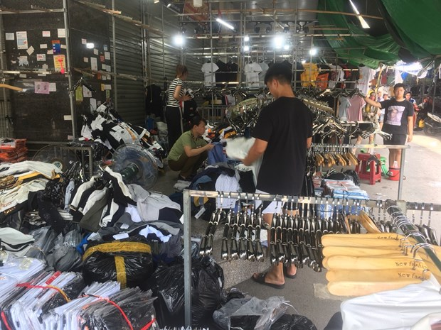 Seven kiosks in Ninh Hiệp Hà Nội fined for trading fake goods