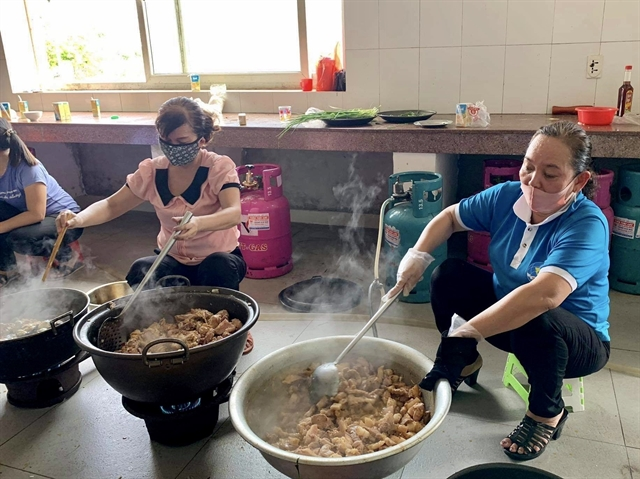 Soldiers and women to COVID-19 fight by preparing meals for those in quarantine
