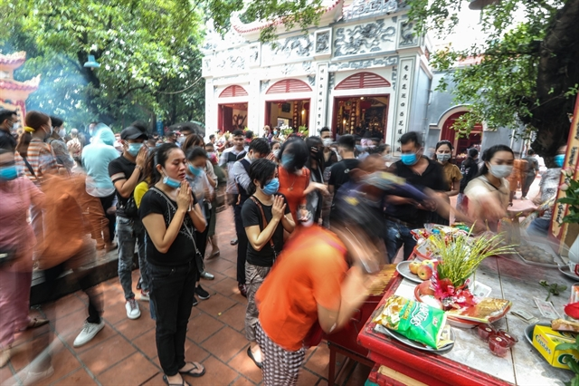 Hà Nộis West Lake Temple closed after thousands breach distancing orders