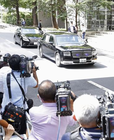Abe returns to hospital on day he becomes Japans longest-serving PM