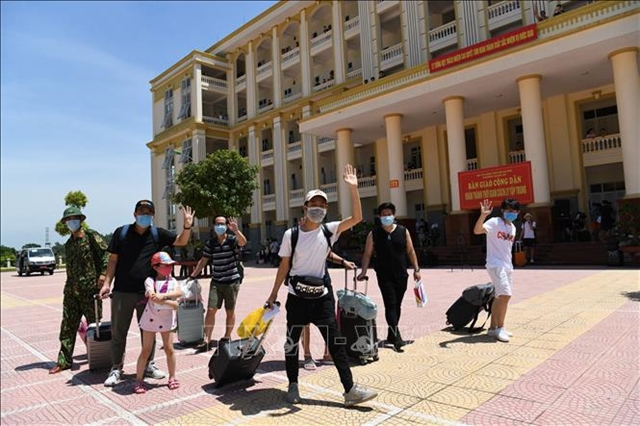 Stranded Hanoian tourists from Đà Nẵng complete quarantine period