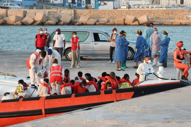 Boat carrying nearly 370 migrants reaches Italys Lampedusa
