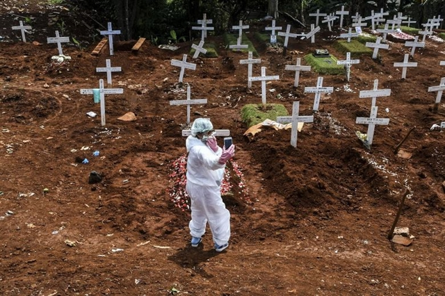 World News Day: Photojournalist braves risks to cover coronavirus burials in Indonesia