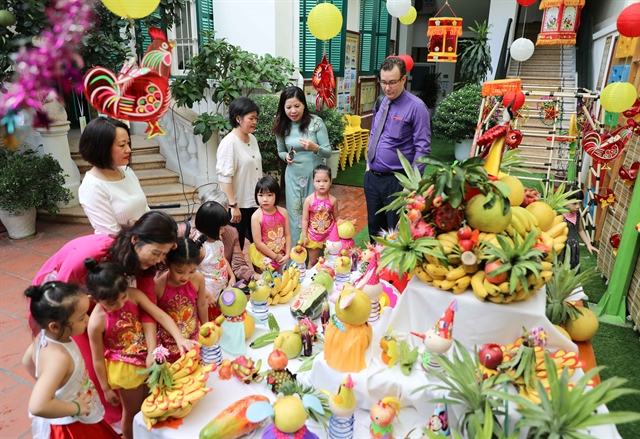 Top leader shares childrens Mid-Autumn Festival joy