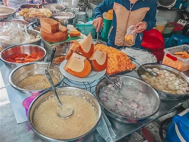 Vietnamese international street food at Hồ Thị Kỷ Street