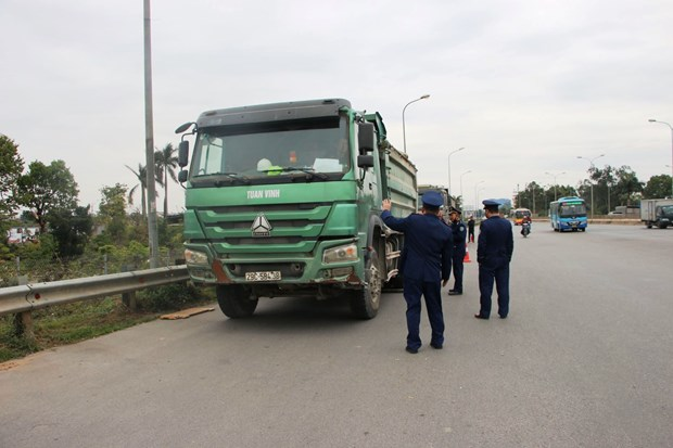 Drivers of overloaded trucks on Thăng Long Bridge fined