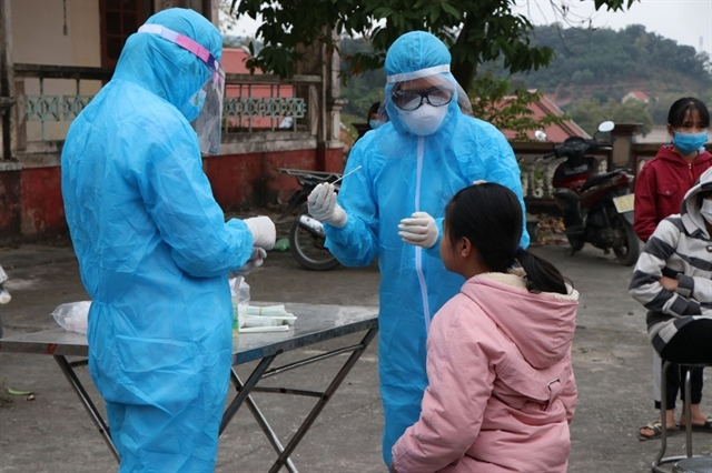 Health workers collecting samples from close contacts of confirmed COVID-19 cases in Hưng Đạo Commune, Chí Linh City, Hải Dương Province on Thursday. — VNA/VNS Photo Mạnh Ninh