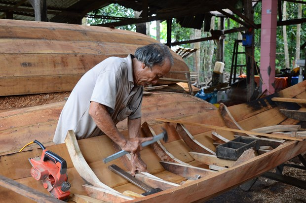 Traditional wooden boat makers face a hard time staying afloat