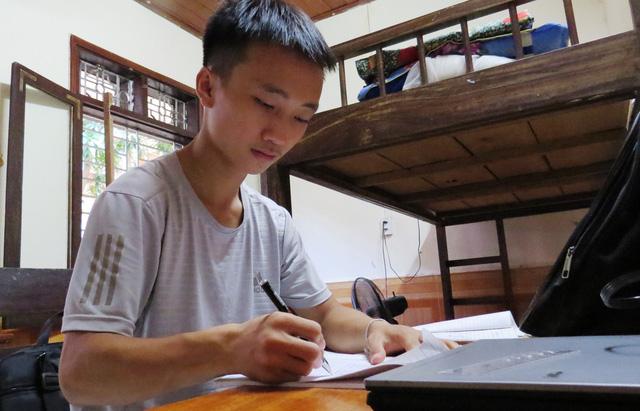 Mông orphan accepted to Hà NộiMedical University