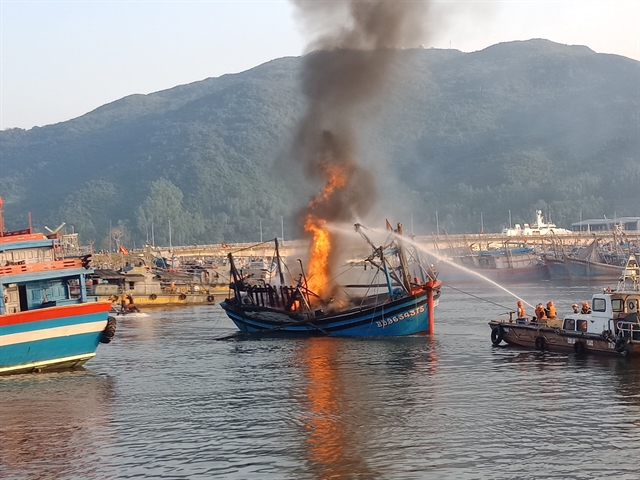 Fire destroys three boats at Thọ Quang port