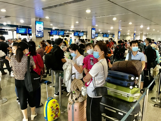 HCM City airport givesCOVID tests to passengers returningfrom the north