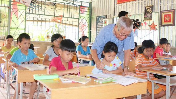 80-year-old teacher runs free classes for poor children in Bình Phước