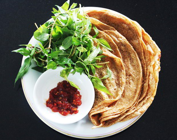 Must-try grilled-fish rice crepe in Quy Nhơn town