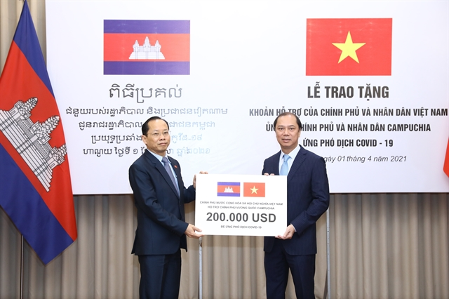 Việt Nam hands over 200000 to aid Cambodias fight against COVID-19
