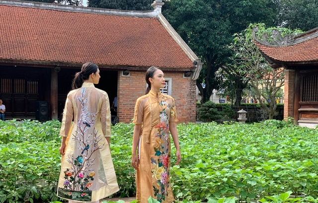 Veteran movie stars become models in show honouring áo dài