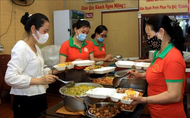 Preschool teachers in Thái Bình prepare lunch boxes for health workers