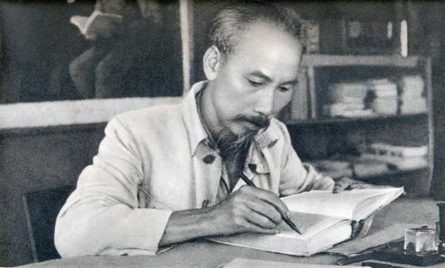 Studying following President Hồ Chí Minhs example a regular task: Politburo