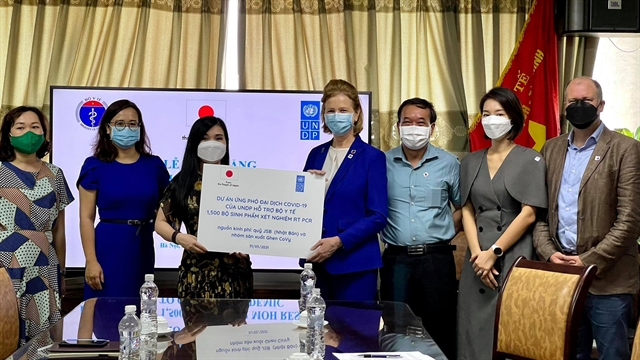 UNDP hands over 1652 COVID-19 test kits to Vietnamese health ministry