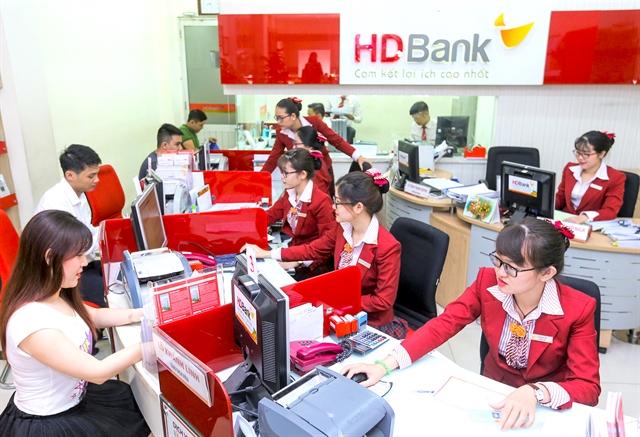 Shares extend rally on bank stocks