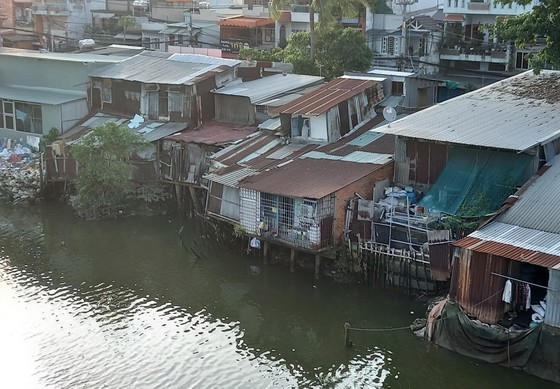 HCM City needs new policy onrelocatingshacks along canals