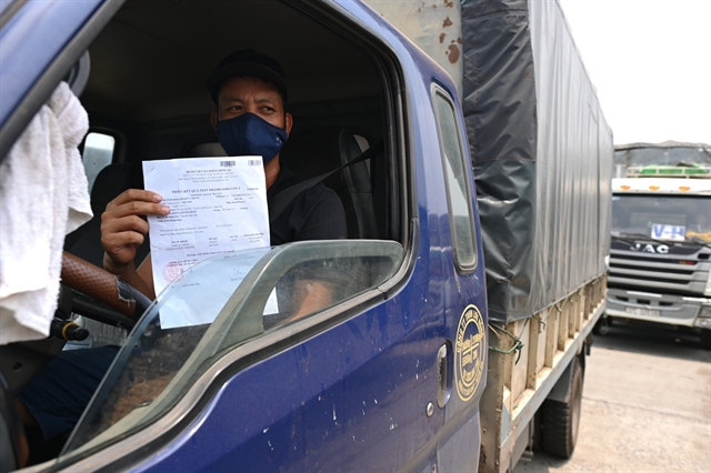 Checkpoints cause traffic jams for drivers heading into Hà Nội