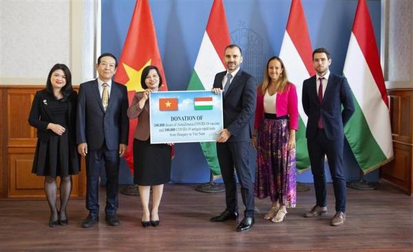 Hungary presents COVID-19 vaccines, medical supplies to Việt Nam