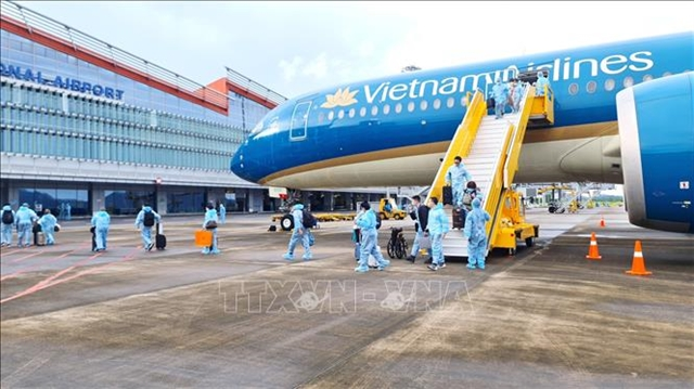 VânĐồn Airport welcomes over 300 passengers with 'vaccine passport from France