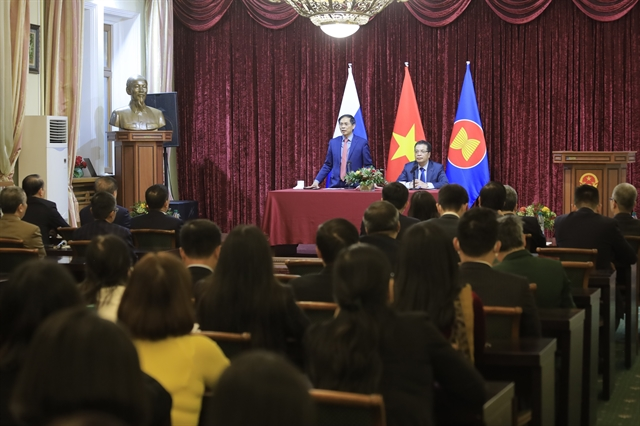Foreign minister Bùi Thanh Sơn meets Vietnamese community during trip to Russia