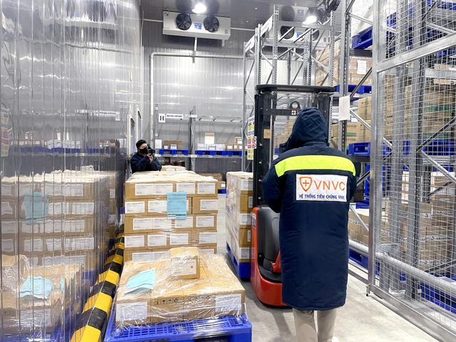 VNVC hands over 1.3 million doses of AstraZeneca vaccines to health ministry 50% contract completed