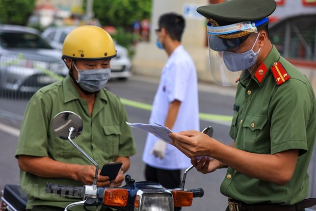 Hà Nội police strengthens inspections at COVID checkpoints