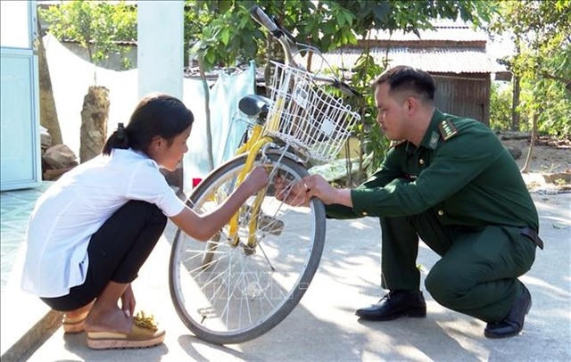 Kon Tum border guards adopt orphaned children