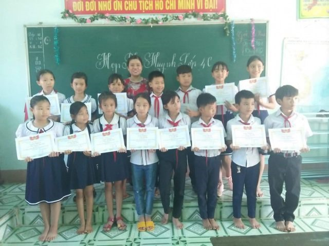 Mường teacher goes extra mile for students