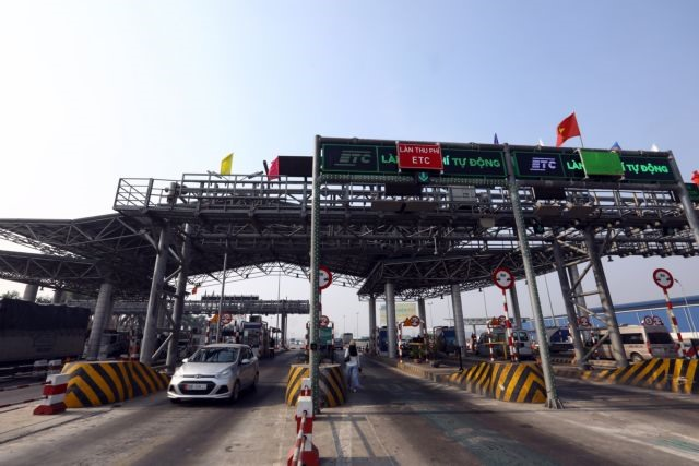 Transport minister find reasons for toll booth delays