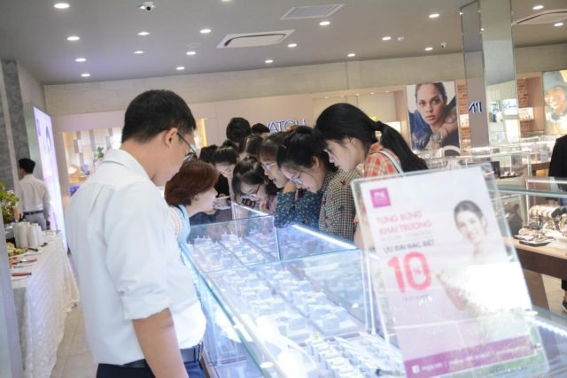 VN-Index falls hit by market-wide selling
