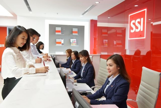 VN stocks advance as securities banking and aviation industries rise