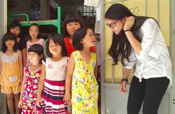 Kind-hearted schoolgirl helps unfortunate children
