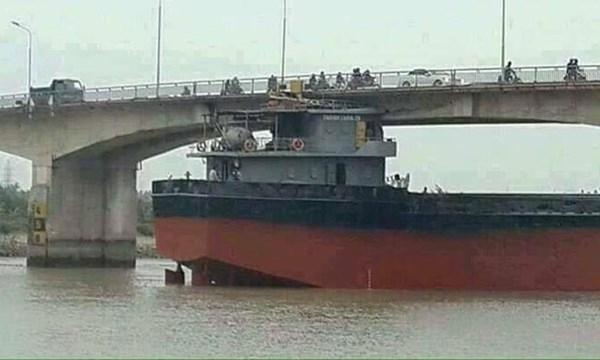 Ship gets stuck under Hải Dương Bridge