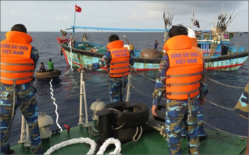 Fishermen on two stranded boats rescued