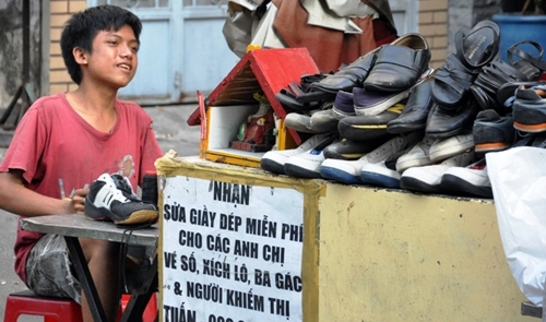 Cobbler offers free shoe repairs to the poor