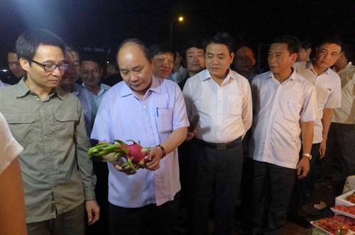 PM urges food safety at impromptu market visit