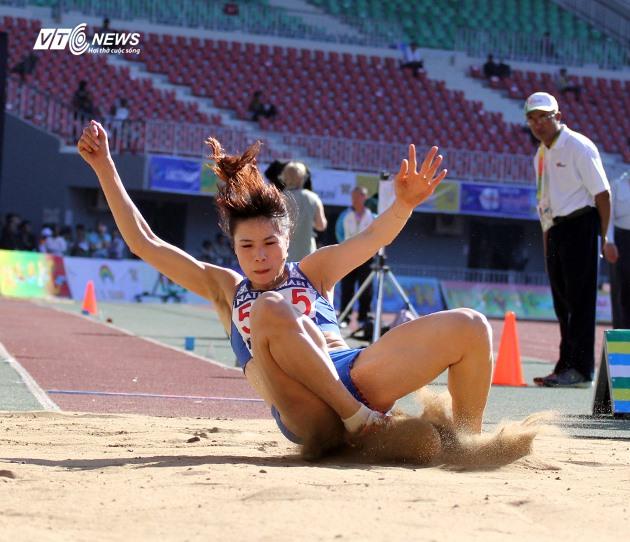 Mến scores a golden jump
