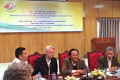 Việt Nam US join hands to tackle post-war consequences