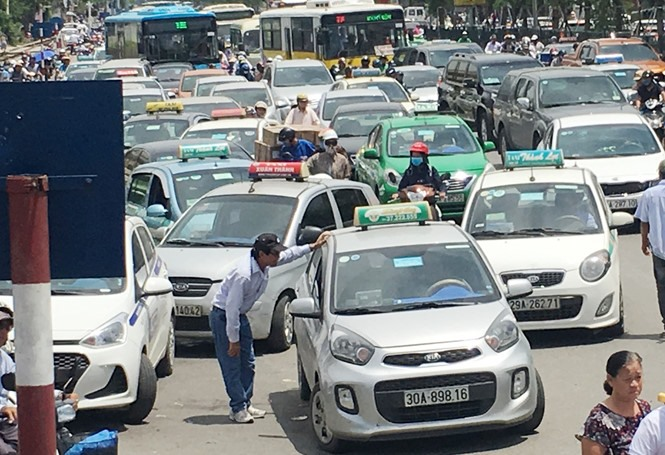 HCM City to pilot new taxi stands
