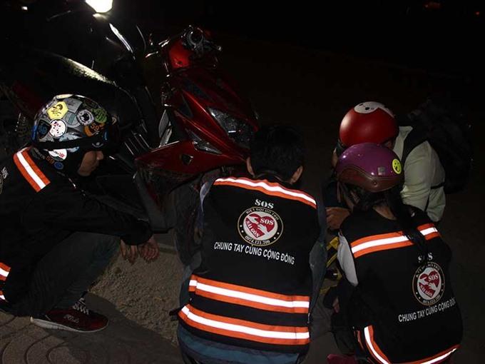 Volunteers rescue motorists at night