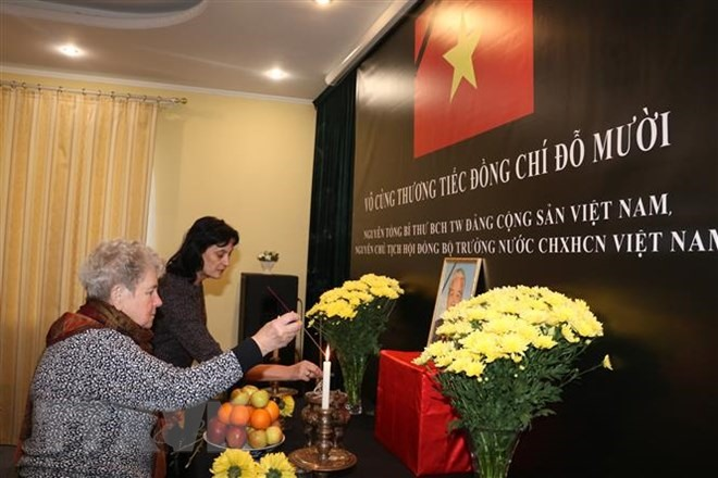 Foreign friends pay homage to former Party chief Đỗ Mười