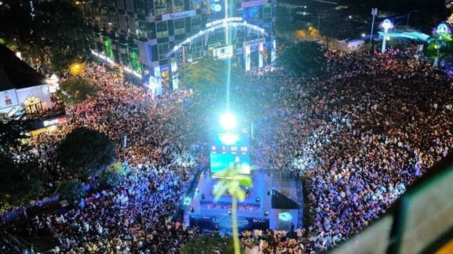Countdown Party rings in new year on Nguyễn Huệ Walking Street