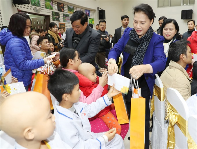 NA chairwoman presents Tết gifts to needy people